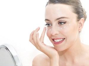 Falten mit Augencreme vorbeugen